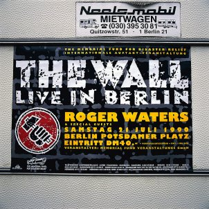 An einem Wohnmobil ist ein Plakat angebracht mit der Aufschrift, The Wall live in Berlin, Roger Waters and Special Guests, Samstag 21. Juli 1990, Berlin Potsdamer Platz, Eintritt DM 40