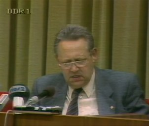International press conferenc: Schabowski announces a new travel regulation, 9 November 1989
