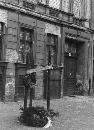 Memorial to Olga Segler, Bernauer Strasse 34, photographed 5 June 1962