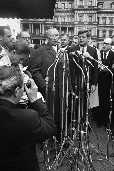 Agreement before the press – differences behind closed doors: West German Chancellor Konrad Adenauer and US President John F. Kennedy in Washington, April 1961