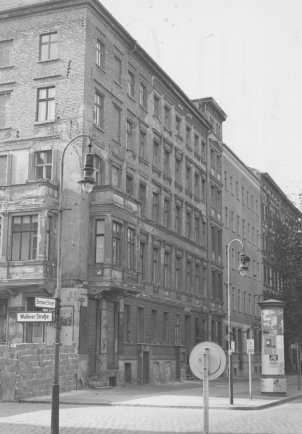 On 4 October 1961, Bernd Lünser jumps to his death from the roof of this house on Bernauer Strasse: he misses the rescue sheet held by the West Berlin fire brigade