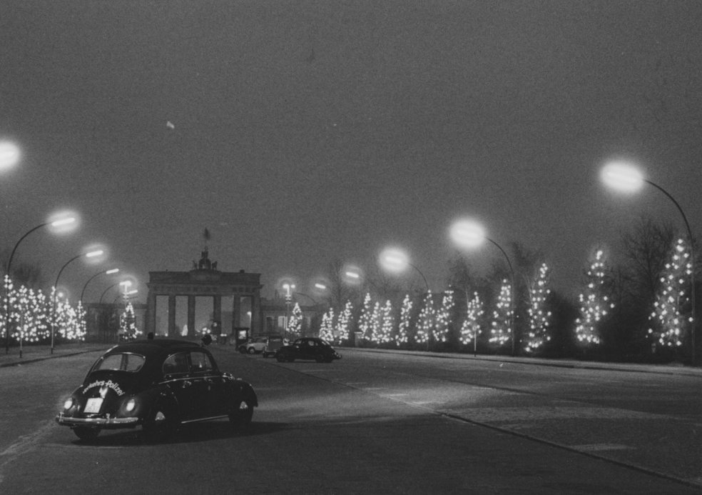 """Light at the wall"" action - Christmas 1961 at the Brandenburg Gate"