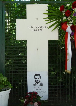 Lutz Haberlandt, shot dead at the Berlin Wall: Memorial cross at the Reichstag building (photo: 2005)