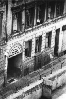 Siegfried Noffke, shot dead at the Berlin Wall: MfS photo of the escape building entrance between Berlin-Mitte and Berlin-Kreuzberg [June 28, 1962]