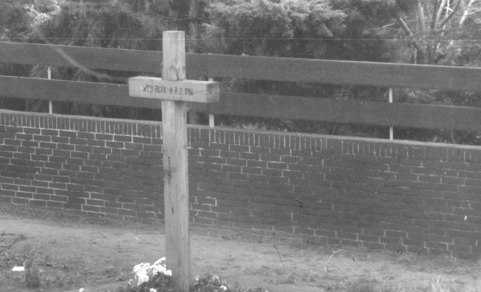 Willi Block, shot dead at the Berlin Wall: MfS photo of the memorial cross near Finkenkruger Weg on the West Berlin side [August 1978]