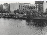 Cetin Mert, drowned in the Berlin border waters: Protest rally on the West Berlin Gröbenufer embankment (I) (MfS photo: May 1975)