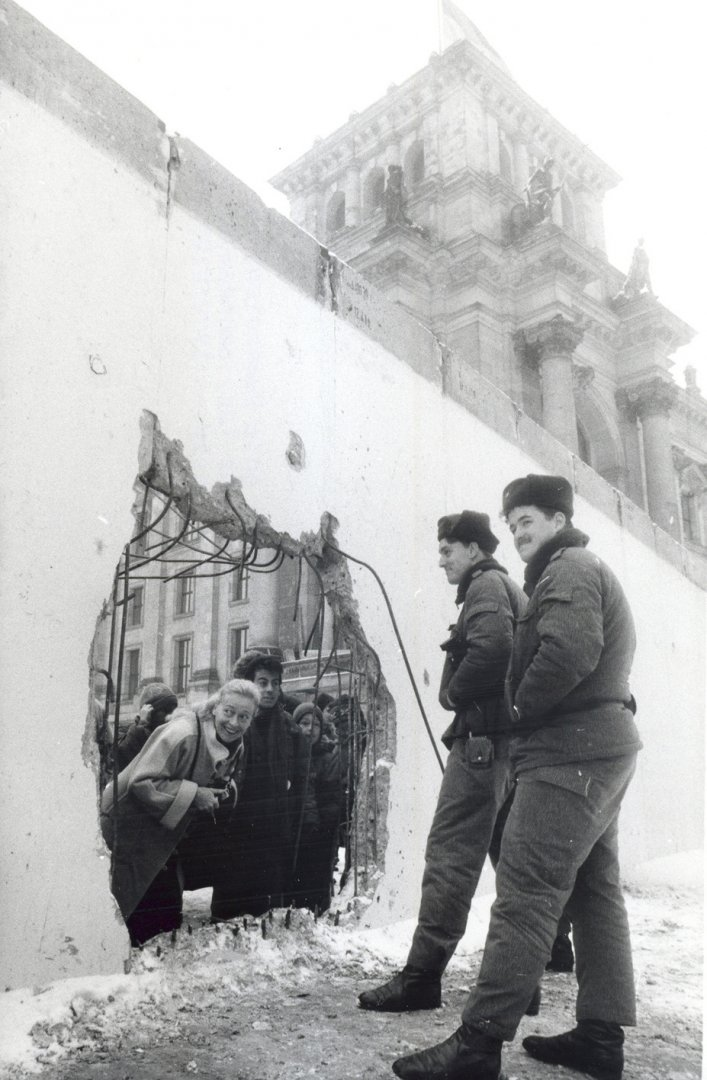 Tearing down the Wall as a self-help project – in this case, at the Berlin Reichstag building, January 1990