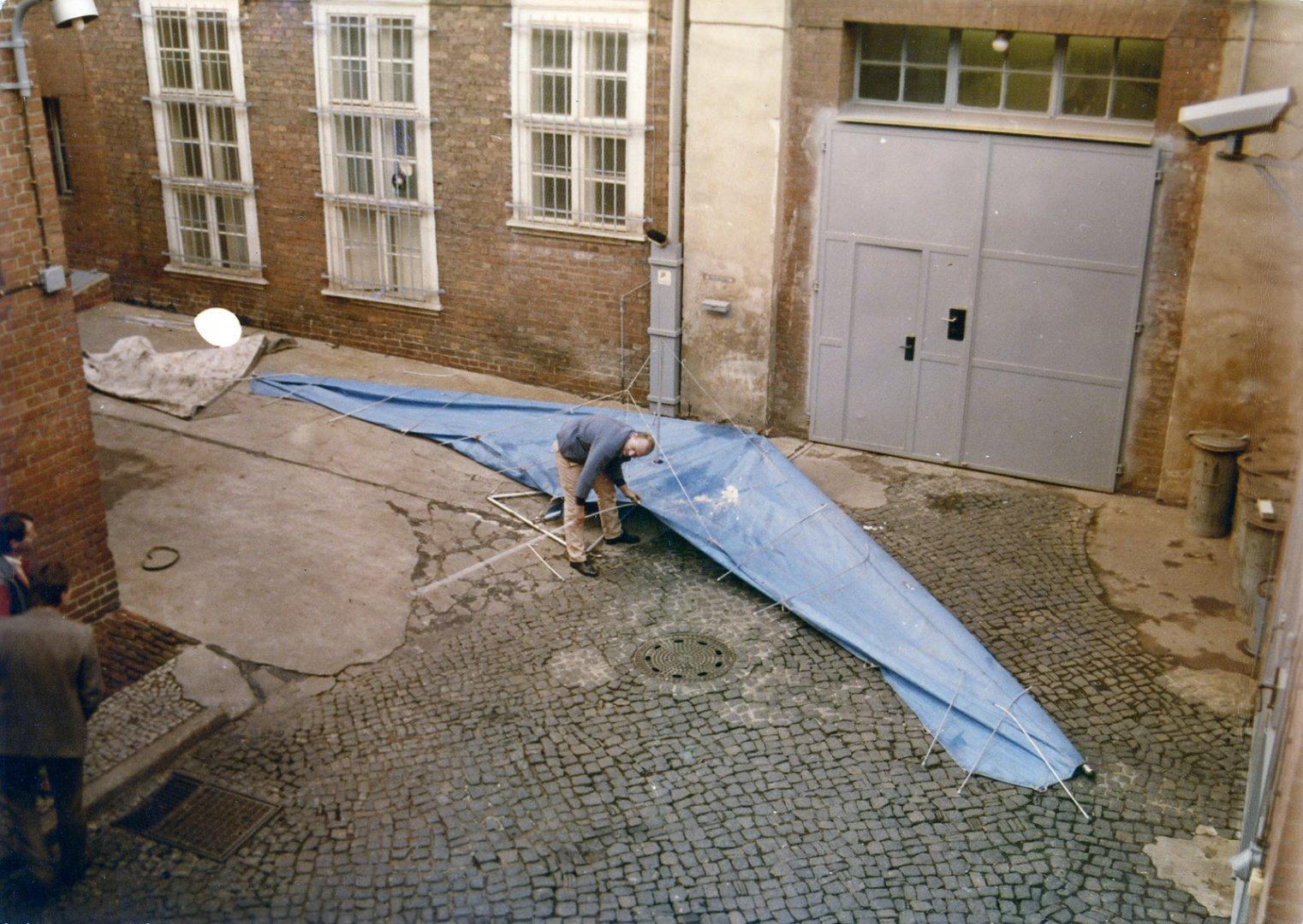bildergalerie gescheiterte flucht mit einem drachen fluggleiter chronik der mauer. Black Bedroom Furniture Sets. Home Design Ideas
