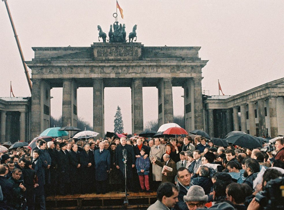 Opening of a new border crossing at the Brandenburg Gate, 22. December 1989