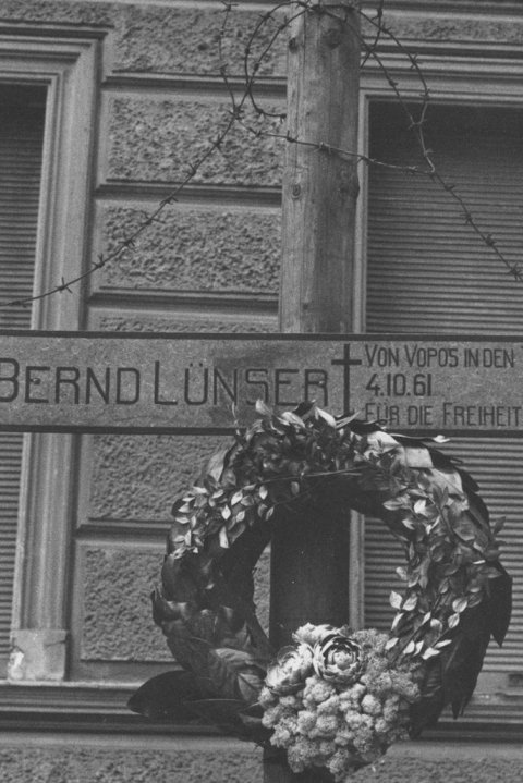 Memorial cross for Bernd Lünser at the sector border in the Berlin district of Wedding, Bernauer Strasse (taken 1962)