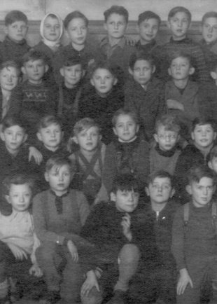 Bernd Lünser, fatally injured at the Berlin Wall: class photo (front row, fifth from the right; photo: ca. 1950)