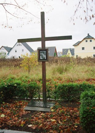 Dieter Wohlfahrt, shot dead at the Berlin Wall: Memorial cross in Staaken, Bergstrasse (photo: 2004)