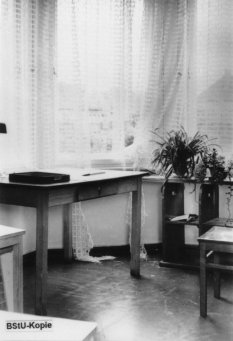 Wolfgang Hoffmann, jumped to his death on July 15, 1971 after his arrest at the Friedrichstrasse Station border crossing: Interrogation room of the East German police headquarters in Berlin-Treptow [MfS photo, July 15, 1971]