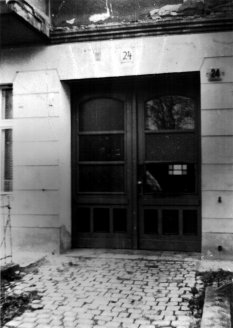 Michael Schmidt, shot dead at the Berlin Wall: MfS photo of escape route through a building on the border in Berlin-Pankow [Dec. 1, 1984]
