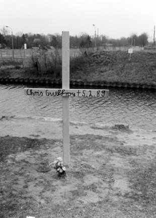 Chris Gueffroy, shot dead at the Berlin Wall: Memorial cross at the West Berlin bank of the Britzer Zweig Canal (MfS photo: 1989)