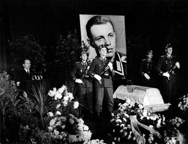 Egon Schultz, shot dead at the Berlin Wall: Funeral in Rostock (photo: Oct. 10, 1964)