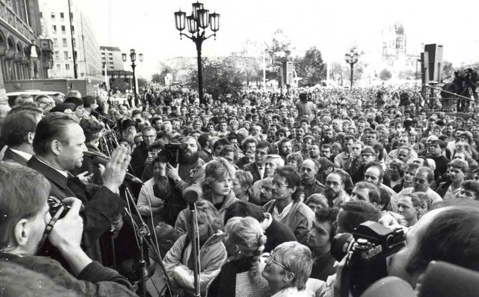 """Sunday discussions"" with the theme ""Open Doors – Open Words"" begin in front of the ""Rotes Rathaus"" and in the ""Kongresshalle"". Günther Schabowski, First Secretary of the SED district leadership, holds discussions with the demonstrators, October 1989"