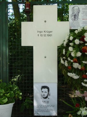 Memorial cross for Ingo Krüger at the Berlin Reichstag building, photo 2005