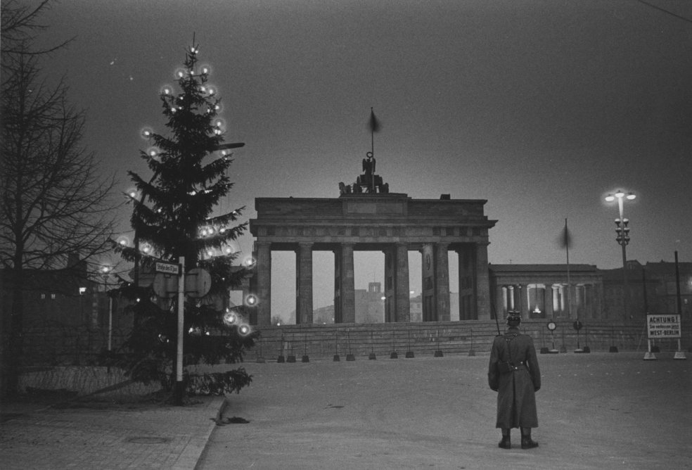 """Light at the Wall"" - Christmas 1961 at the Brandenburg Gate (2)"