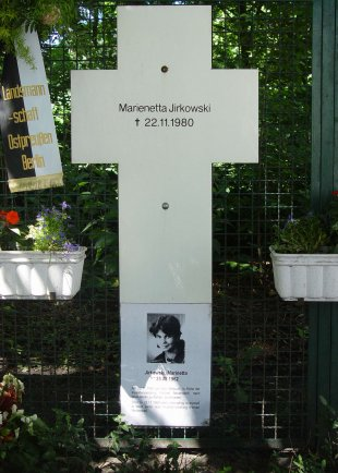 Marienetta Jirkowsky, shot dead at the Berlin Wall: Memorial cross at the Reichstag building in Berlin [photo: 2005]