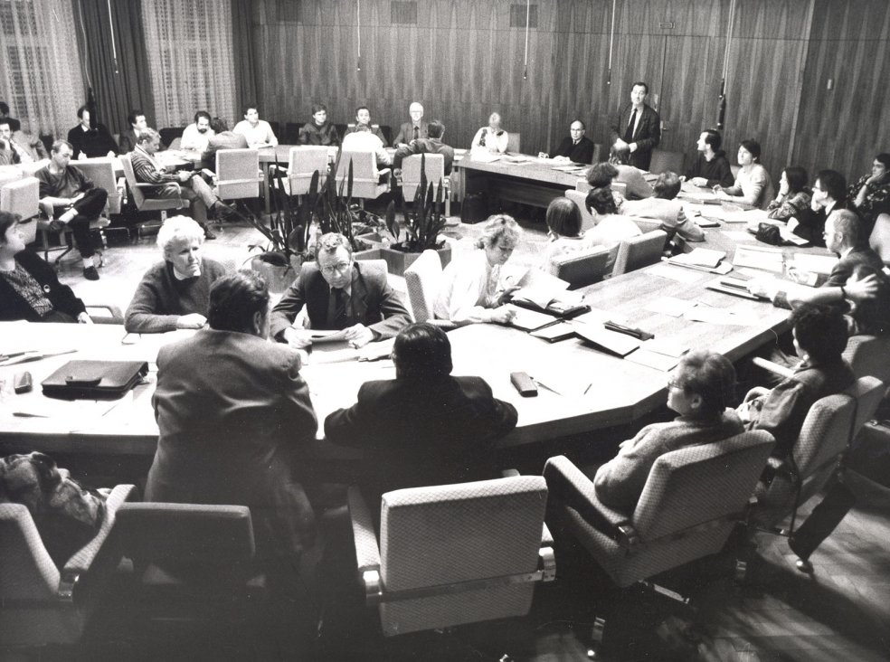 Round Table, Leipzig: the acting council chairman, Superintendent Friedrich Magirius, talks about the desperate economic situation. The dissolution of the State Security organisation is also discussed, 18 January 1990