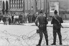 Barbed-wire barrier on Bernauer Strasse: People's Police keep East Berliners in check, 13 August 1961