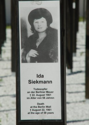Ida Siekmann, fatally injured at the Berlin Wall: Memorial cross at Checkpoint Charlie (photo: 2005)