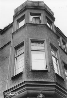 Wolfgang Hoffmann, jumped to his death on July 15, 1971 after his arrest at the Friedrichstrasse Station border crossing: Broken bay window in the East German police headquarters in Berlin-Treptow, viewed from the outside [MfS photo, July 15, 1971]