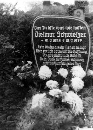 Dietmar Schwietzer, shot dead at the Berlin Wall: Gravestone at the Neustädter Cemetery in Magdeburg (date of photo not known)