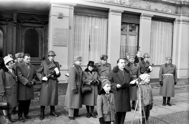 Egon Schultz, shot dead at the Berlin Wall: Unveiling of the memorial plaque at Strelitzer Strasse 55 (photo: Jan. 4, 1965)