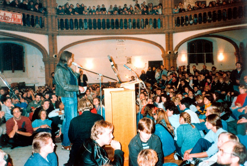 Vigil and discussion in the East Berlin Gethsemane Church, 9 October 1989 (Photo: akg-images/AP)