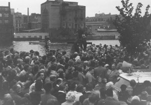 Rally in memory of Udo Düllick on the sector border in the Kreuzberg district, Spreeufer, 7 October 1961