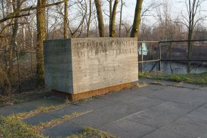 Roland Hoff, shot dead in the Berlin border waters: Memorial stone in Berlin-Lichterfelde – on the riverbank that he didn't reach. The name of the man who was killed was not known at the time in the West (photo: 2004)