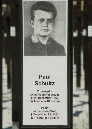 Paul Schultz, shot dead at the Berlin Wall: Memorial cross at Checkpoint Charlie (photo: June 18, 2005)