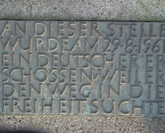 Roland Hoff, shot dead in the Berlin border waters: Memorial stone with inscription in Berlin-Lichterfelde (photo: 2004)