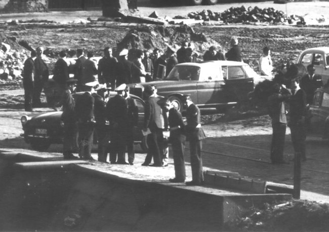 Paul Stretz, shot dead in the Berlin border waters: East German border troop photo – West Berlin police, firemen, customs agents and military police on the West Berlin bank of the Spandauer Schiffahrts Canal [April 29,1966]