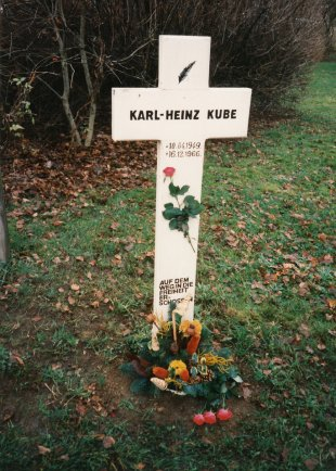 Karl-Heinz Kube, shot dead at the Berlin Wall: Memorial cross erected by his family on Berlepschstrasse in Berlin-Düppel (photo: early 1990s)