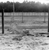 Herbert Kiebler, shot dead at the Berlin Wall: MfS photo of evidence of the escape attempt at the border fence between Mahlow and Berlin-Lichtenrade (I) [June 27, 1975]