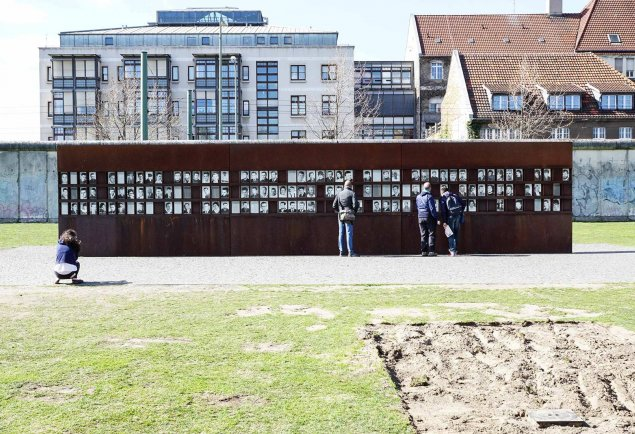 The victims at the Berlin Wall: Window of Remembrance of the Berlin Wall Memorial, Photo: 2010 (Photo: Hans-Hermann Hertle)