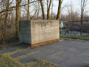 Memorial stone set up in the memory of Roland Hoff in the Berlin district of Lichterfelde – on the bank that he did not reach. The name of the dead man remained unknown in the West for a long time. Photograph taken in 2004