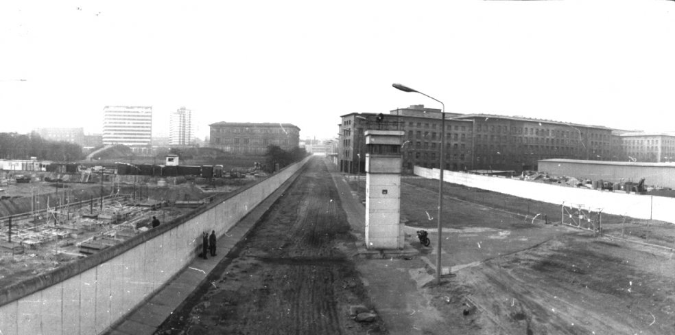 "Observation tower (BT 6) of GDR border troops near the ""House of the Ministries""/Martin-Gropius-Bau"