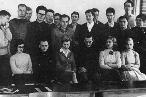 Dieter Wohlfahrt, shot dead at the Berlin Wall: Class photo (first row, second from left; photo: ca. 1960)
