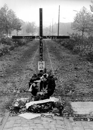Hans-Dieter Wesa, shot dead at the Berlin Wall: West Berlin police photo of the memorial cross on Bornholmer Strasse (photo: August 1962)