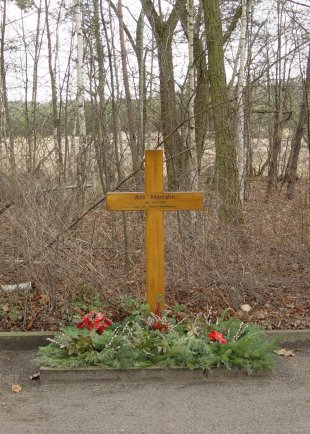 Willi Marzahn, shot dead or suicide at the Berlin Wall: Memorial cross near the escape site in Kohlhasenbrück (photo: 2005)