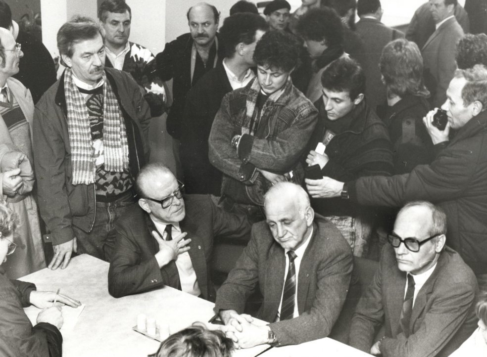 Occupation of the State Security headquarters in Leipzig: Improvised press conference with the head of the district authority, Lieutenant General Hummitzsch (centre), 4 December 1989