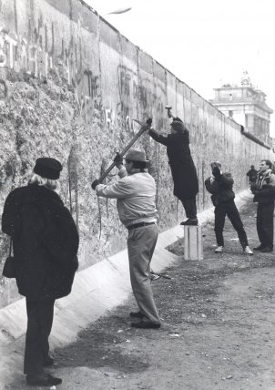 """Wallpeckers"" at the border wall on Ebertstrasse between the Reichstag building and the Brandenburg Gate, January 1990"
