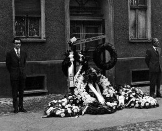 Rudolf Urban, crashed to the ground while fleeing from a border house at the Berlin Wall and died later from the consequences of his fall: Honor guards at the memorial on the first anniversary of the Berlin Wall (photo: Aug. 13, 1963)