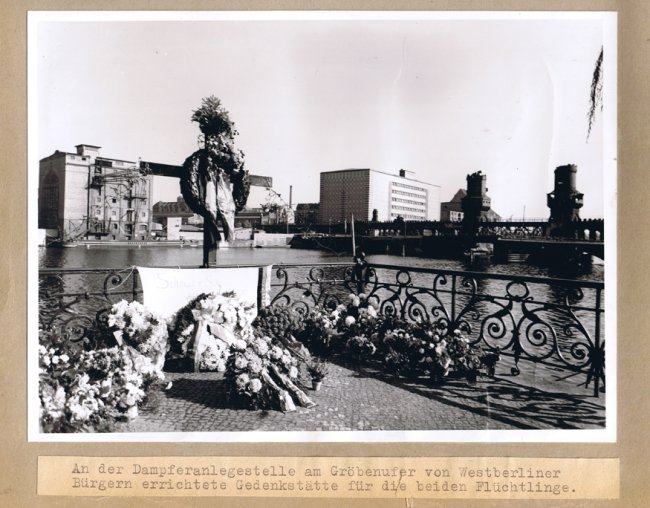 Udo Düllick, drowned in the Berlin border waters after coming under fire: West Berlin police photo of the monument on Gröbenufer [Oct. 5, 1961]
