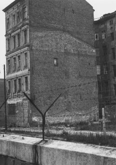 Reinhold Huhn, shot dead at the Berlin Wall: West Berlin police photo of the escape building on Zimmerstrasse [June 18, 1962]