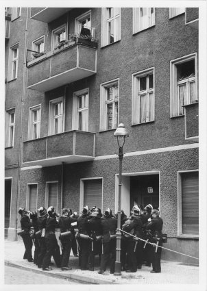 Failed escape in Treptow, 13 September 1961: the West Berlin fire brigade is standing ready with a life net, but the East Berlin border soldiers prevent the attempt at Harzer Straße 117 (Photo: Polizeihistorische Sammlung des Polizeipräsidenten in Berlin)